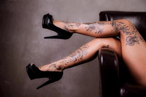 Эскизы тату на ноги для мужчины и девушки